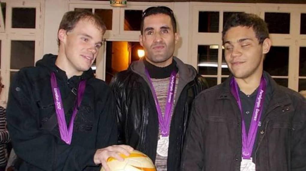Martin Barron, Hakim Arezki et Gaël Rivière, joueurs de l'équipe de France (de gauche à droite) avec leur médaille d'argent gagnée aux Jeux Paralympiques de Londres en 2012