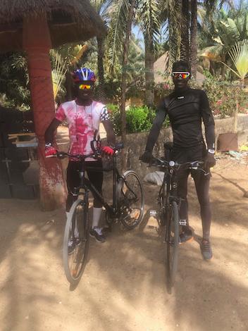 Sidya et René prêts pour l'entraînement avec leur VTC